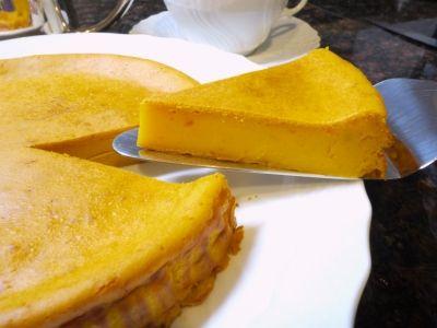 材料をすべてフードプロセッサーに入れ、混ぜて焼くだけ。簡単にできておいしい、パンプキンチーズケーキのレシピです。ハロウィーンのお菓子にもお薦めです。