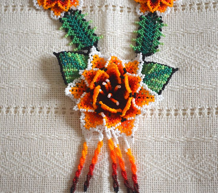 Collar artesanal con material en chaquira, figura de flor, realizado por Artesanos Mexicanos de la región de los Huicholes. $ 58 USD. ***  Necklace with handmade beads material , flower figure , made by Mexican artisans from the region of the Huichol . $ 58 USD.