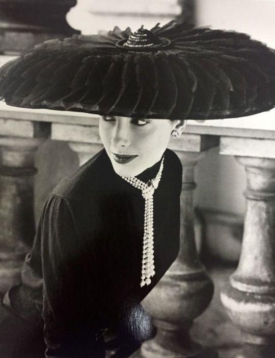 Hat by Le Groux Soeurs, Photo by Norman Parkinson for Vogue, 1952. MOTEHISTORIE