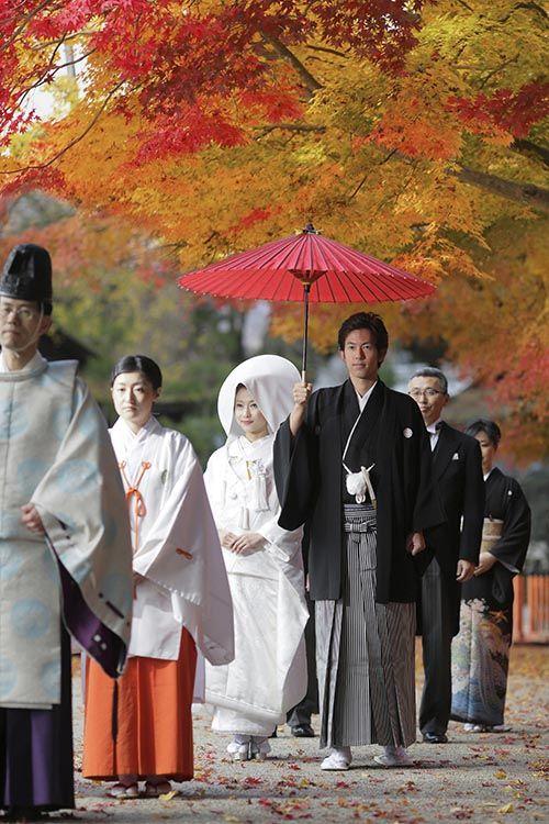 四季の色に映える白無垢の美しさ。 Beauty of the white silk dress to shine in the color of the four seasons.
