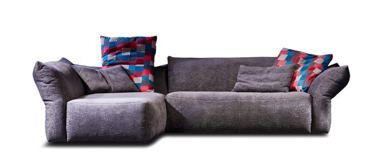 1013 Venere Sieht aus, als bestünde das Möbel nur aus Kissen. Die offenkantigen Nähte (bei Leder auf Wunsch) unterstreichen den saloppen Charakter. Alle Lehnenteile (Arm- und Rückenlehnen) sind mehrfach verstellbar und ermöglichen so die jeweils bequemste Komfort-Position. Der Sitz aus Polyschaum mit Nosag-Unterfederung und die Lehnenteile werden durch Inletts- gefüllt mit Polsterdaunen und Schaumstoffsticks- so richtig kuschelig…