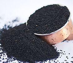 """La graine de nigelle, également appelée """"cumin noir"""", possède de nombreuses propriétés bénéfiques pour la santé. Connue depuis l'Egypte ancienne, cette graine médicinale est réputée pour renforcer ..."""