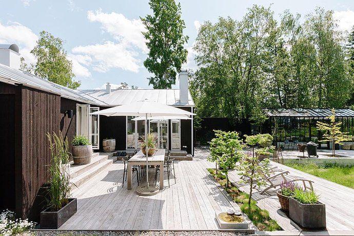 Altan trädäck med integrerad grönska. Nivåskillnaden tas upp mot hus istället för längst ut som ger en hög klumpig sarg – följsamt med marknivåer - Saltsjöbaden / Älgö