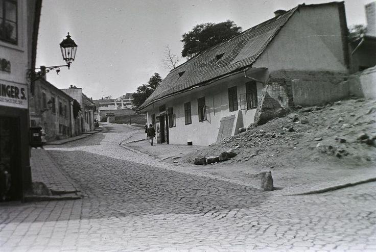 Kereszt utca az Aranykakas utcától a Kereszt tér felé nézve, jobbra az Avar vendéglő.