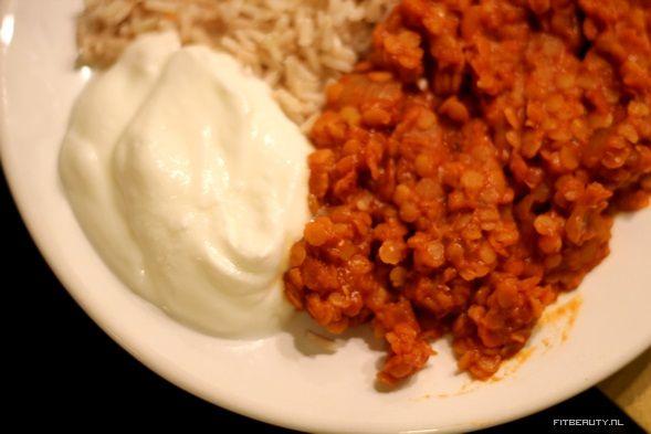 Voor het eerst zie ik het met mijn eigen ogen gebeuren; mijn vriend eet een warme maaltijd koud uit de koekast. Deze rode linzen curry! En dat terwijl hij de warme versie een uur geleden nog had gegeten. Goed geslaagd dus! En echt supermakkelijk te maken! Wat hebben we nodig? 110 gram droge rode linzen […]