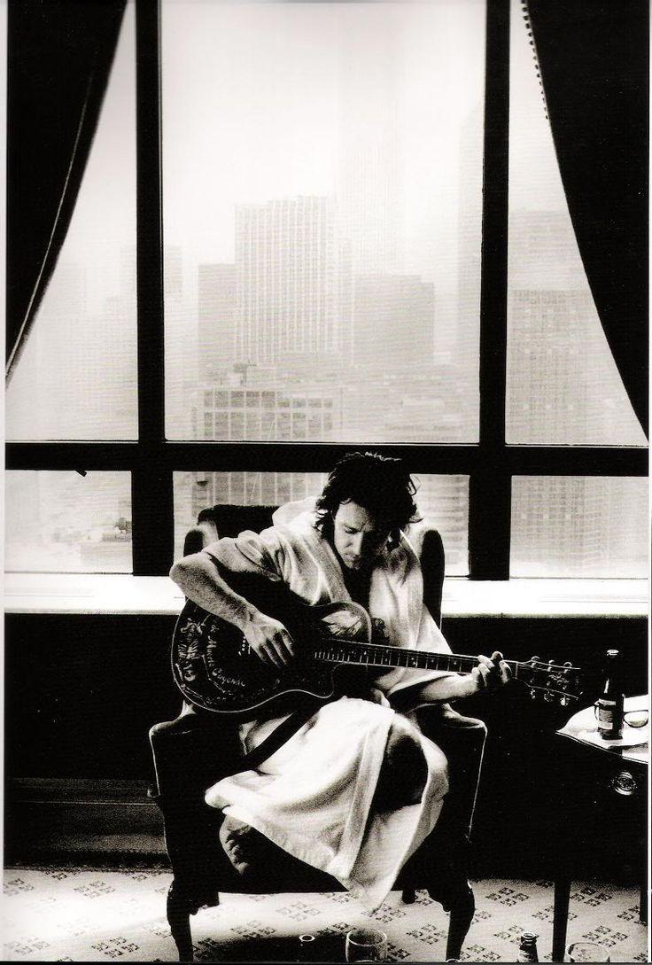 Bono doodling in front of a hotel window Photo by: © anton corbijn