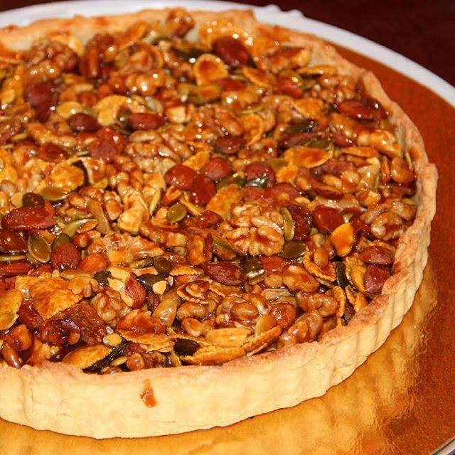 Еще один праздничный тАрт, с орехом и карамелью. Песочная основа/смесь орехов (здесь грецкий орех, кешью, фисташка, тыквенные семечки , абрикосовые косточки и кукурузные хлопья)/сливочная карамель #выпечканазаказ #выпечкавмахачкале #tart #dessert #yummy #cream #caramel #nuts #homebaking