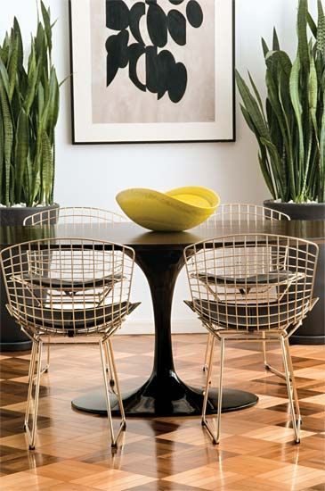 Cadeiras Bertola (séc. 20) com mesa Saarinen. Chique e atual mesmo!