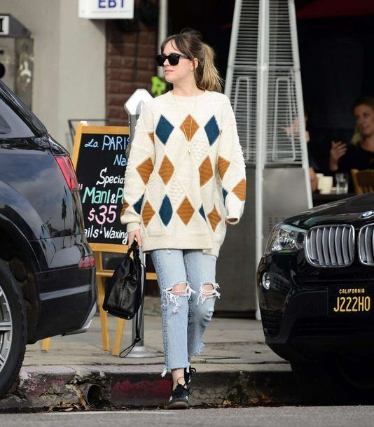 Fall Looks :      Picture    Description  Find Out Where To Get The Sweater     https://looks.tn/season/fall/fall-looks-find-out-where-to-get-the-sweater-23/
