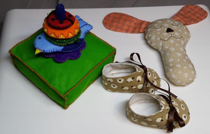 Jeux à empiler, hochet et chaussons de bébé