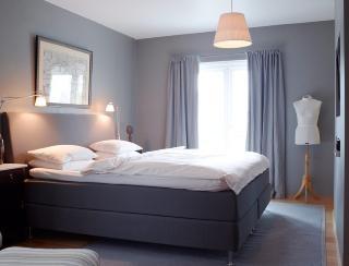 MYK BELYSNING: Leselyset ved siden av sengen er et must. La det generelle lyset være mykt. FOTO: Ragnar Hartvig
