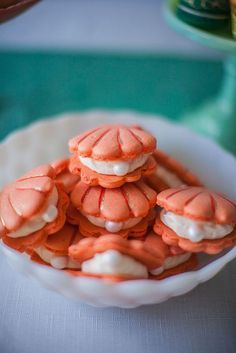 Some of the most originally shaped wedding macarons I have ever seen. Scallop shaped for a stylish beach wedding. More ideas for beach themed weddings on this article.