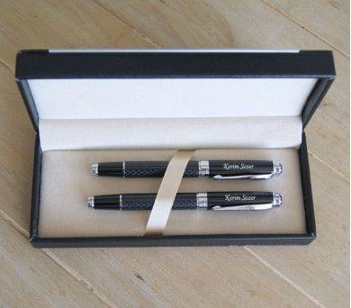Dolmakalem ve tükenmez kalemden oluşan bu set, şık tasarımlı özel deri kutusunun içinde sunulmaktadır.