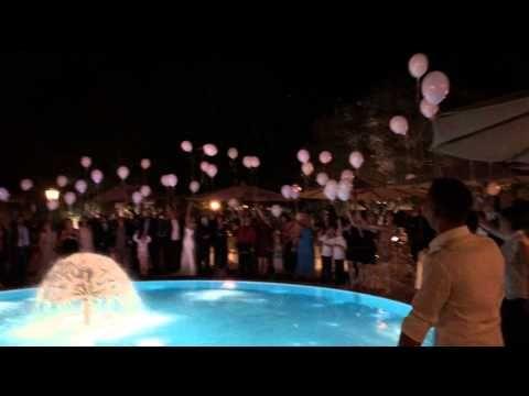 Lancio dei palloncini con luce led durante il matrimonio.