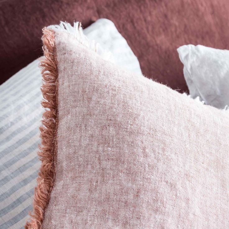 Discover our superb cushion in 100% yarn-dyed Chambray heavyweight linen (295g). Its Brown Mahogany colour will look gorgeous with light wood or camel leather. Its frayed edge detailing gives it a superb rough and natural character.