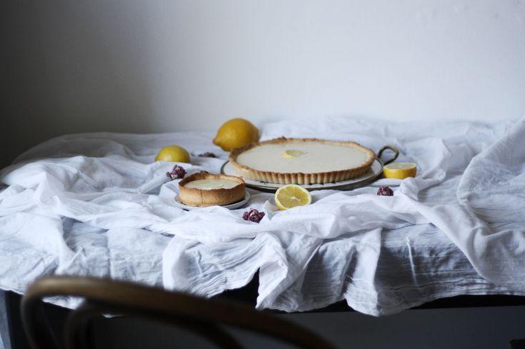 Recept naúchvatný citronový koláč provoněný vanilkou, kterýmá nasvědomí francouzský cukrář Jacques Genin, jsem vyčetla vefrancouzské kuchařce, kterásemi přednedávnem dostala dorukou.