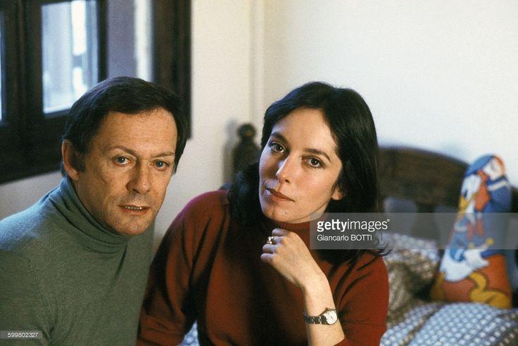 Maurice Ronet et Joséphine Chaplin chez eux, circa 1970 en France .