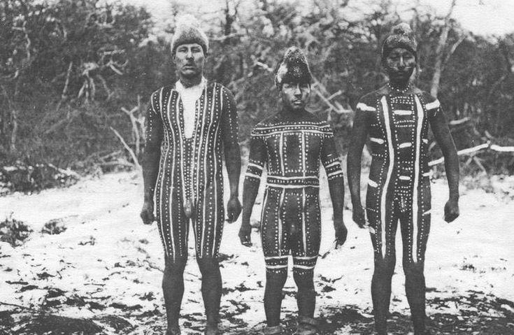 Al pensar en los Selk'nam probablemente lo primero que viene a la cabeza es la imagen de unos hombres con cuerpos pintados y máscaras. Y es que la pintura corporal para esta cultura indígena de Tierra del Fuego, era uno de los elementos más relevantes de su identidad; la mayor manifestación de su creación artística...