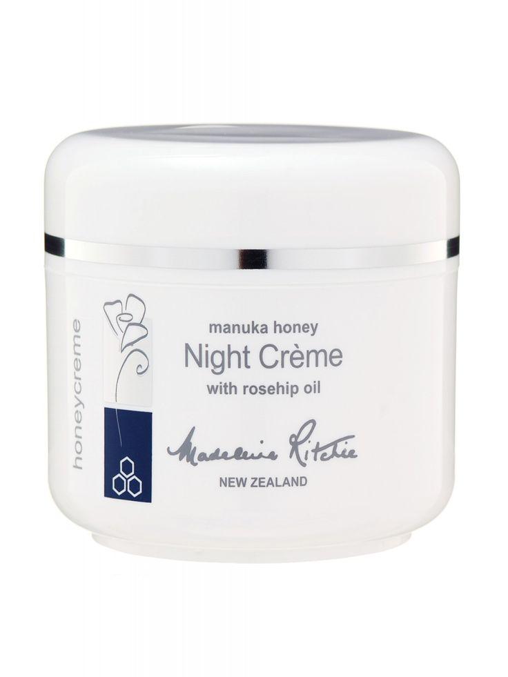 Krem na noc Foot Cream Madeleine Ritchie wyśmienity, idealny do użycia na noc jako oczyszczanie lub odżywianie skóry. Unikalna kompozycja nawilżających i odżywczych składników, których celem jest zachowanie elastyczności i jędrności skóry oraz wzbogacenie i odmłodzenie tkanki skórnej. Krem dokładnie usuwa makijaż i inne zanieczyszczenia sprawiając, że skóra staje się delikatna, gładka i odżywiona. Przed zastosowaniem wypróbuj na małej powierzchni skóry. Przeznaczony do wszystkich rodzajów…