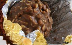 Come fare i Ferrero Rocher in casa - I Ferrero Rocher sono degli ottimi cioccolatini che possono essere fatti anche in casa. Questa ricetta vi aiuterà a servire ai vostri ospiti dei cioccolatini deliziosi e genuini realizzati da voi.