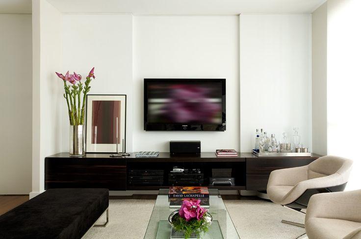 """2 - Use móveis grandes. Uma grande quantidade de móveis pequenos faz você sentir-se morando em uma casa de bonecas.  Por isso, decida antes de montar a casa como cada ambiente será usado. E compre móveis maiores para atender às principais necessidades. Por exemplo: se você deseja uma sala para assistir TV, use um sofá grande. E só instale mesa lateral se sobrar espaço. """"Em se tratando de sofás contemporâneos, os maiores e mais alongados, tendem a serem também os mais bonitos"""", diz Diego. O…"""