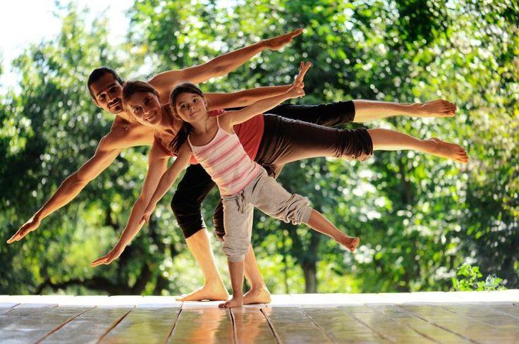 Muoversi, divertirsi insieme, imparare a comunicare e magari a rilassarsi sono solo alcuni dei benefici dello Yoga in famiglia. Scopriamo insieme tutti gli altri vantaggi. In una società in cui genitori e bambini sono cosi impegnati, lo Yoga in Famiglia è l'opportunità perfetta per passare del tempo sano, felice e di qualità insieme. Servono attenzione […]
