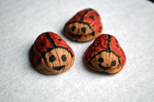 Marienkäfer aus Walnüssen basteln