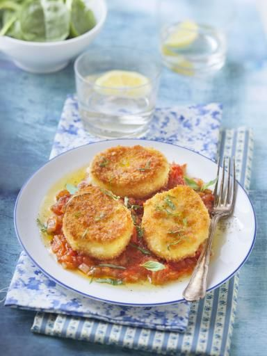 Mozzarella panée sur coulis de tomates - Recette de cuisine Marmiton : une recette