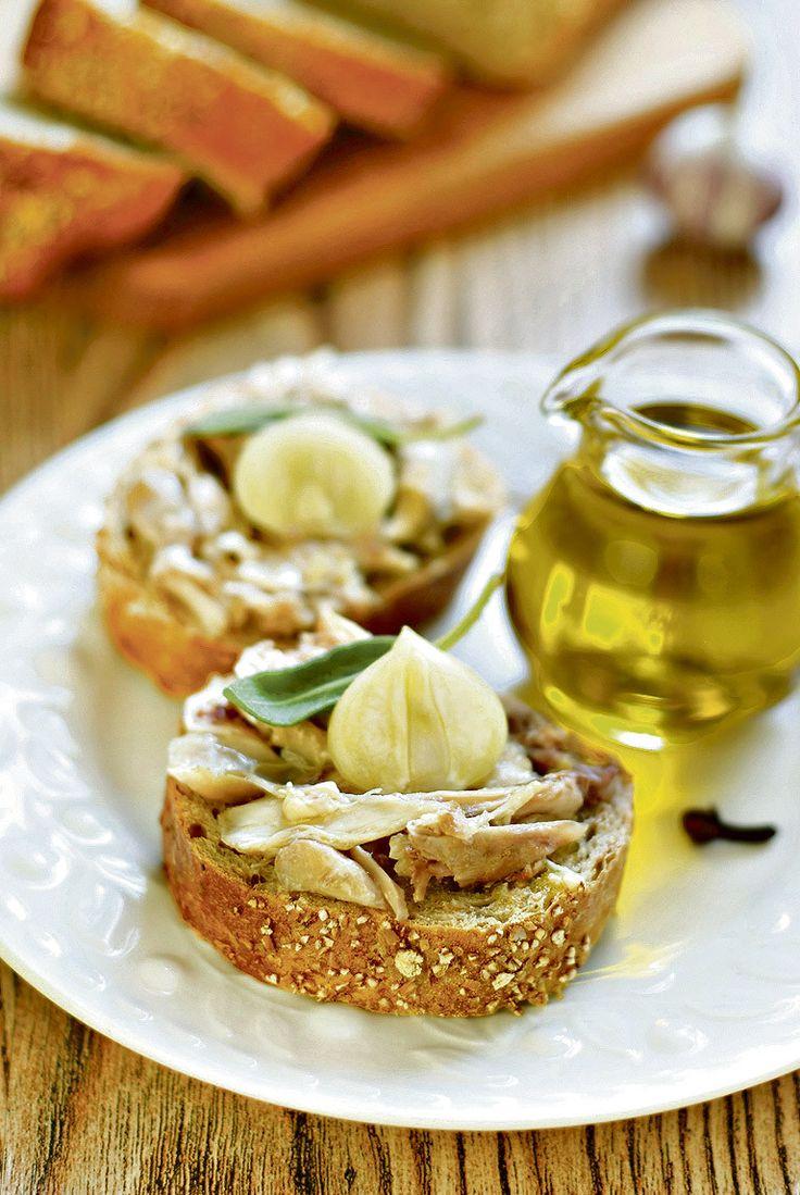 Курица с чесноком приготовленная таким интересным способом способна удивить даже самых требовательных гурманов. Любителям румяной куриной корочки повезло, так как для приготовления бутербродов кожа не нужна и её следует удалить. Ломтики зернового хлеба необходимо подсушить в духовке или поджарить на сухой сковороде, сбрызнуть оливковым маслом.  […]