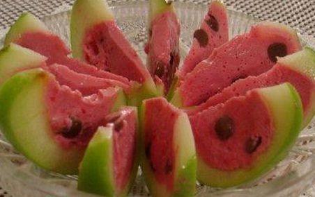 Арбузные дольки    Состав:  Яблоко зеленое ....................2 шт,  Йогурт (без добавок).............200 г  Ягода(малина, клубника)....100 гр.,  Сахарная пудра (по вкусу)  Желатин ..................................1 пакетик(20 гр.)  Шоколад дольки (зернышки)  Сок 1/2 лимона.