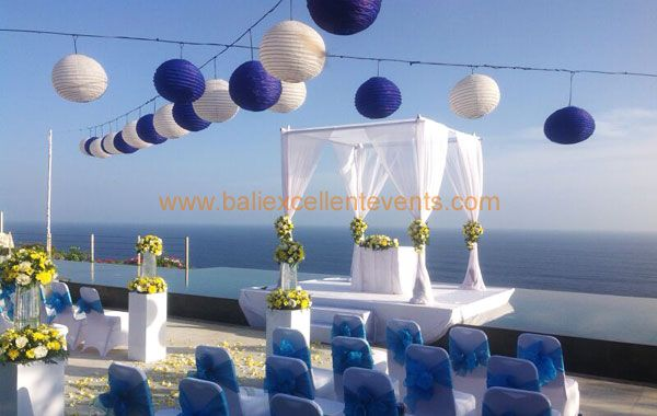 ceremony with sea view over the cliff