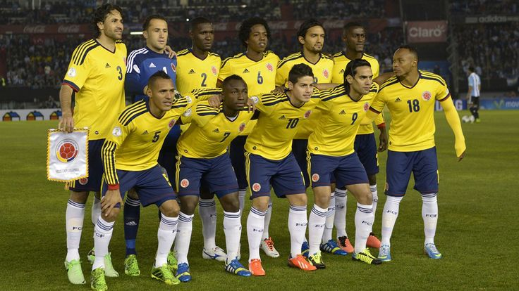 Colombia's football team poses for a picture before the start of their Brazil 2014 World Cup South American qualifier football match against Argentina, at the Monumental stadium in Buenos Aires, on June 7, 2013. AFP PHOTO / Juan Mabromata