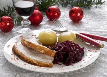 God, klassisk juleret. Ribbenssteg med det skønneste tilbehør i fom af rødkål og skysovs.