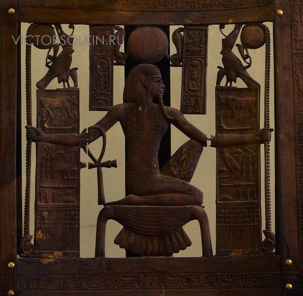 Хех - бог миллионов лет и бесконечности. Спинка трона из гробницы Тутанхамона. Кедровое дерево, золото, электрум. 14 в. до н.э. Каир, Египетский музей. (с) фото - Виктор…