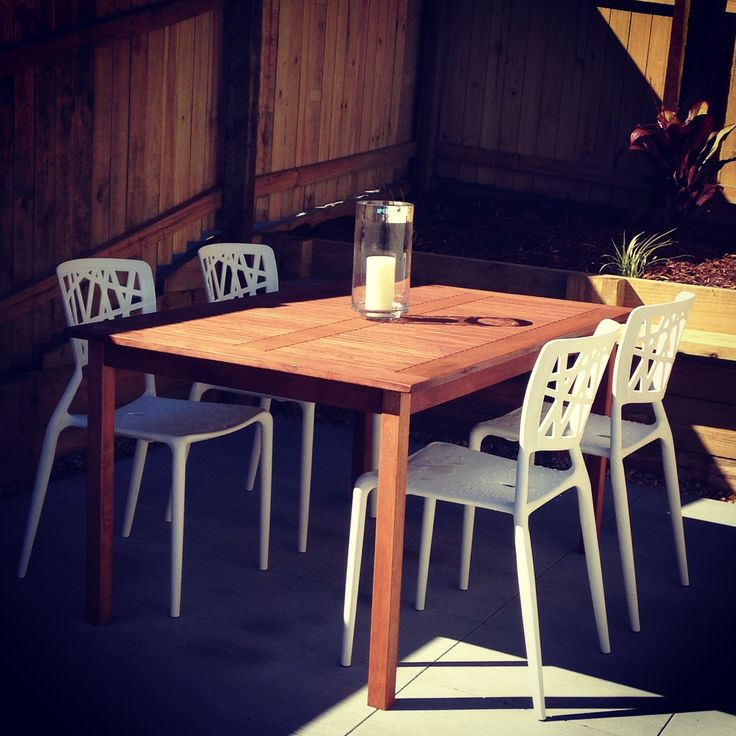 Add white viento chairs with the balmoral table & it makes this courtyard come alive! @ozurban
