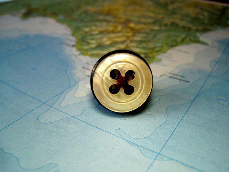 Anello Ecologico Bottone Perlato con filo viola di L'atlante dei Bottoni Bijoux su DaWanda.com