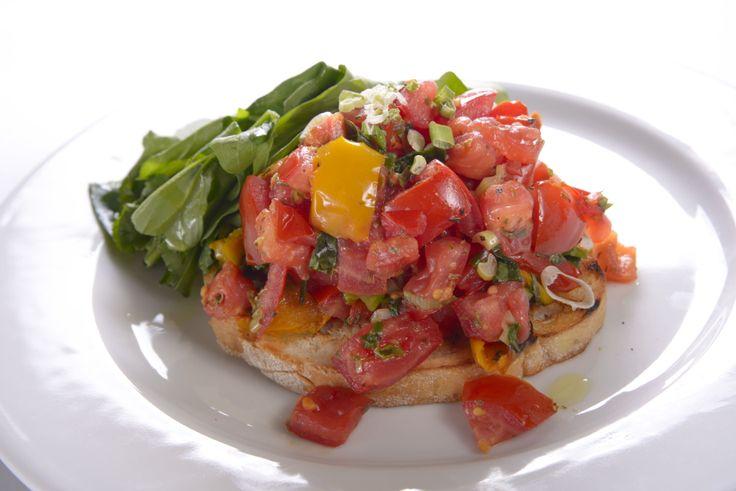 Izgarada kızartılmış hafif sarımsaklı Toscana ekmeği üzerine taze sebze ve baharatlarla süslenmiş Bruschetta damağınızı okşayacak benzersiz bir İtalyan klasiği!