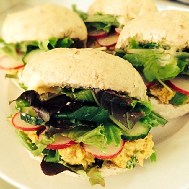 マヨ+カレー粉+コリアンダーでエスニック風味 - 9件のもぐもぐ - Lunch:Tuna salad sandwiches with radish,cucumber and coriander ツナサラダのサンドイッチ by lacchan