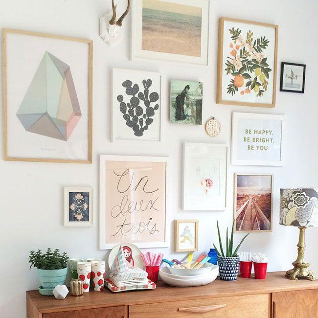 Decorar la pared encima del aparador: composición de láminas preciosa!
