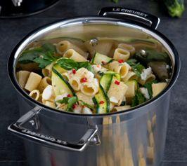 【カニとハーブソースのリガトーニ】短時間でできるパスタです。カニを火を通した鮭に変えてもおいしくいただけます。  http://lecreuset.jp/community/recipe/rigatoni/