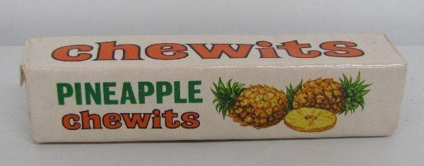 Tällaisia Chewits -pakkaukset muistini mukaan olivat 1970-luvun alussa. Muistelisin, että ananaksen lisäksi makuina olivat appelsiini, mansikka ja kermatoffee. Taisi olla mustaherukkakin.