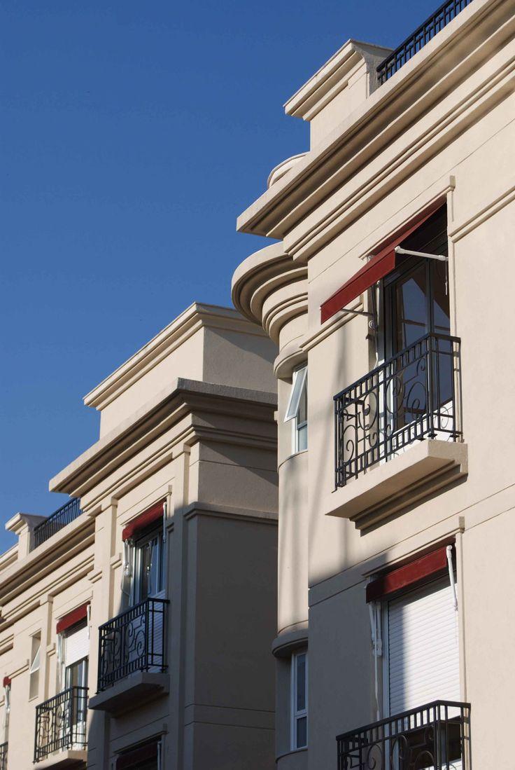 As obras com os mais variados exemplos de aplicação de molduras internas roda teto, roda meio, rodapé e rosetas além das externas em fachadas.