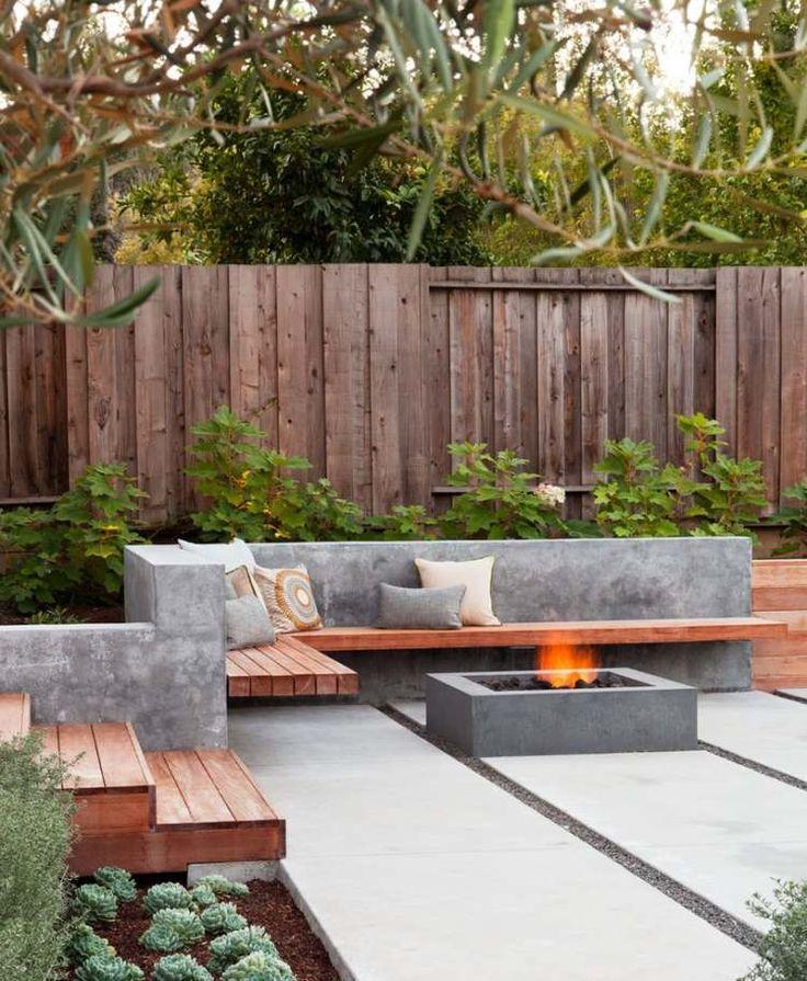 foyer extérieur en béton, muret en béton et banc d'angle en bois