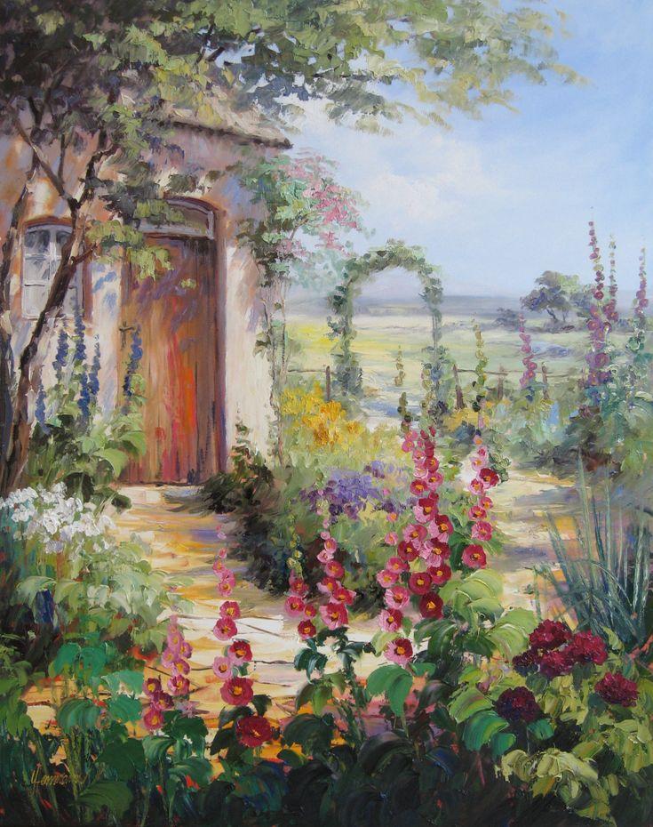Garten mit Rosenbogen, Stockrosen, Rittersporn und Clematis.Das romantische Haus mit brauner Holztür steht eingewachsen zwischen großen Bäumen und …