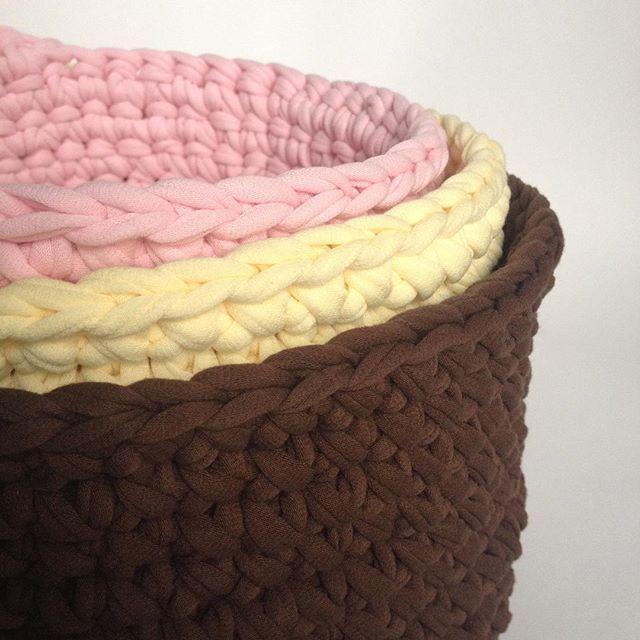 Шоколадно-ванильно-клубничный десерт ко дню рождения сестрички. Трикотажные корзинки для хранения всего. #трикотажнаяпряжа #пряжалента #интерьернаякорзина #шоколад #ваниль #подарок #ручнаяработа #lentaknit #handmade #crocheting