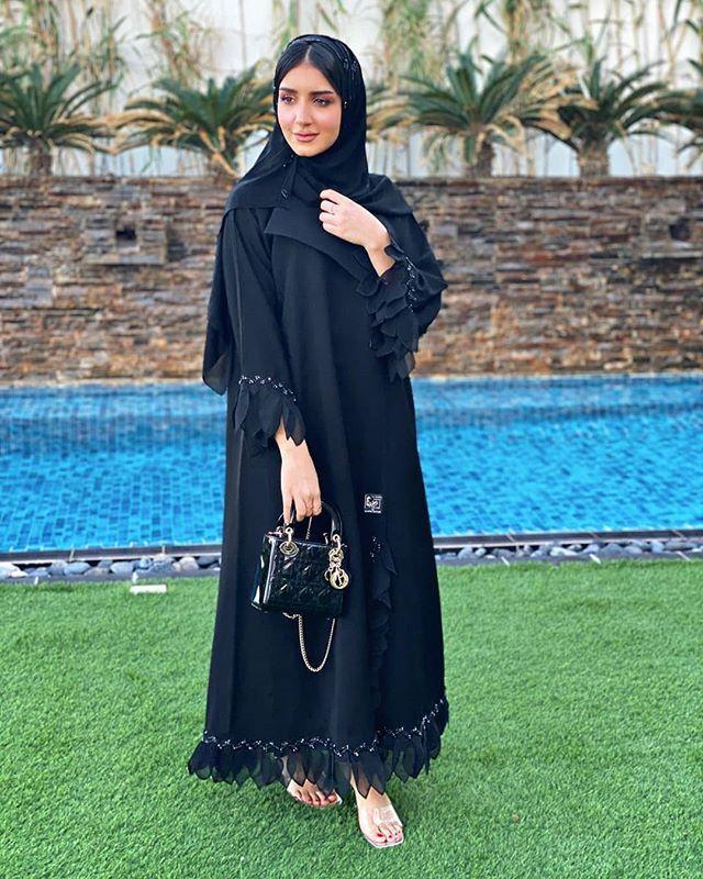 Repost Kam 227 Kam X Alsamha Boutique تعاون يجمعني مع المصممة الاماراتية لعبايات السمحة طبعا راح يكون في خصم لكم ي Abayas Fashion Fashion Abaya Fashion