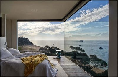 Hermosa casa moderna ubicada frente al mar con un diseño volumétrico que parece salir del acantilado, proporcionado excelentes visuales a las habitaciones de la casa. Un volumen de la casa parece s…