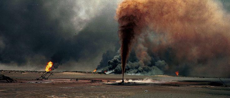 Een door Irak in de fik gestoken olieveld in Koeweit aan het eind van de Golfoorlog op 10 augustus 1991. Foto: Per-Anders Pettersson/Getty Images