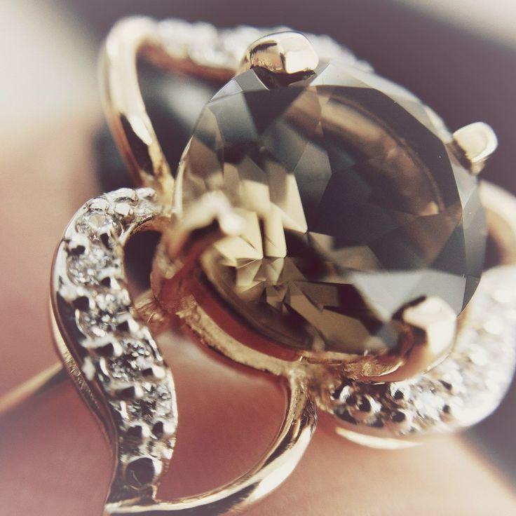 Кольца с раухтопазом ‒ мистические украшения  Какой аксессуар способен подчеркнуть загадочность, неповторимость женской души и, вместе с тем, ее кристальную чистоту? Кольцо с раухтопазом в драгоценном металле! Глубокие и чистые переливы «шотландского камня» просто завораживают, а металл выгодно оттеняет его цвет. «Лунное» серебро или «солнечное» золото создают уникальную ювелирную композицию, в которой раухтопазы выглядят по-особенному.