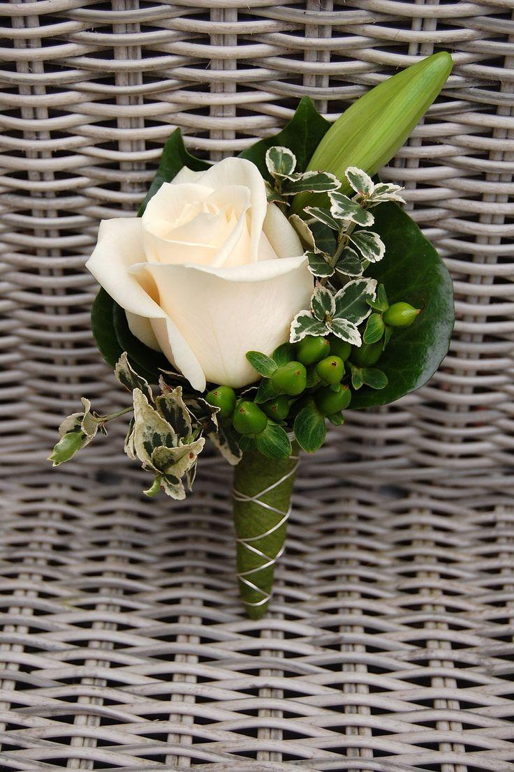 Bruidegomcorsage. Crème witte roos, lelie. www.meesterlijkgroen.nl